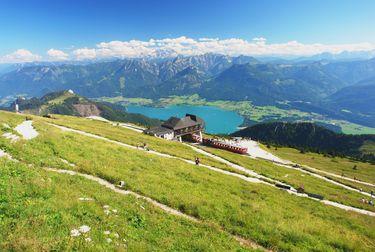 Die steilste Dampf-Zahnradbahn Österreichs führt seit 1893 von St. Wolfgang im Salzkammergut auf den 1.783 Meter hohen Schafberg. In 35 Minuten überwindet sie 1.190 Höhenmeter und 5,85 km.